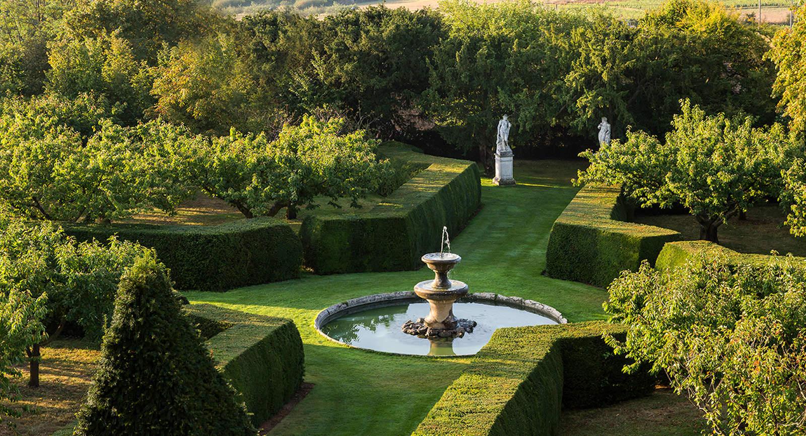 Jardin Classique À La Française château de bagnols, luxury hotel in beaujolais